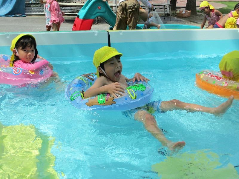 7月13日(金) 縦割り保育でプール、水あそびをしました。