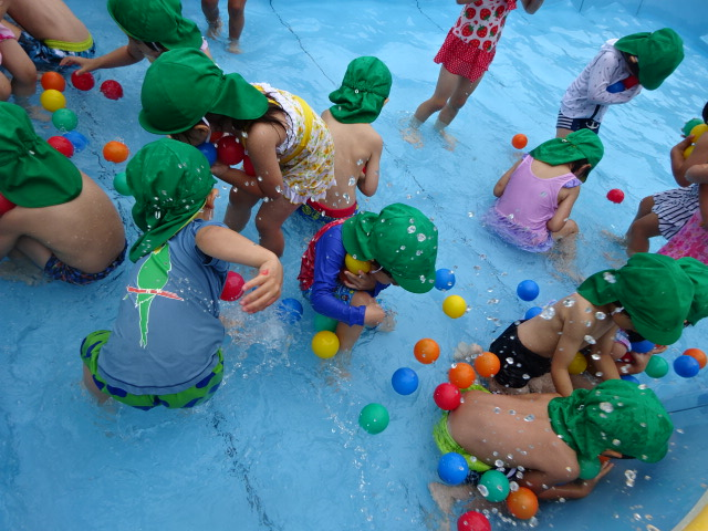 7月12日(木)水遊び・プール遊び楽しんでいます。